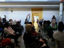 El alumnado sube carteles con nombres de directores de cine español