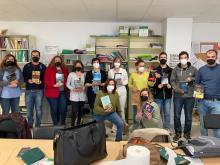 Los profesores del CEPA Polígono participando en el amigo invisible con motivo del Día del Libro